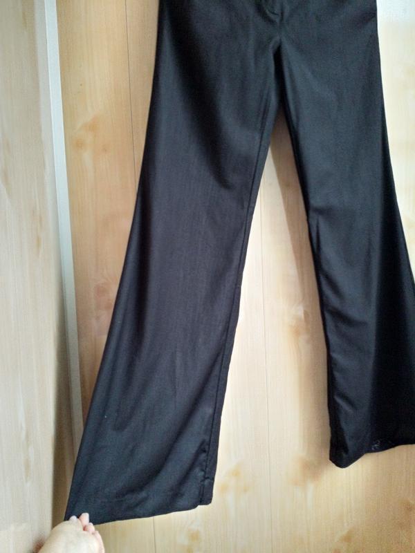 Расклешенные стильные брюки с высокой посадкой. - Фото 4