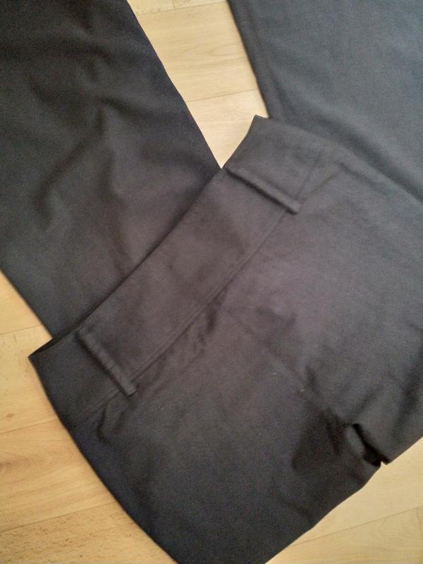 Расклешенные стильные брюки с высокой посадкой. - Фото 10