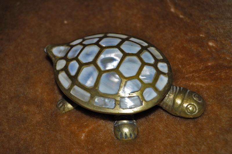 Шкатулка- черепаха, інкрустована перламутром - Фото 3