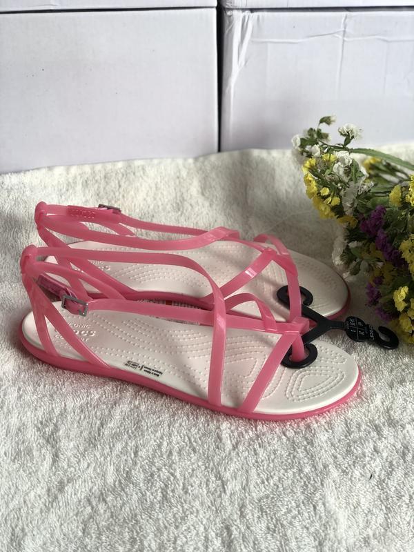 Розовые босоножки crocs