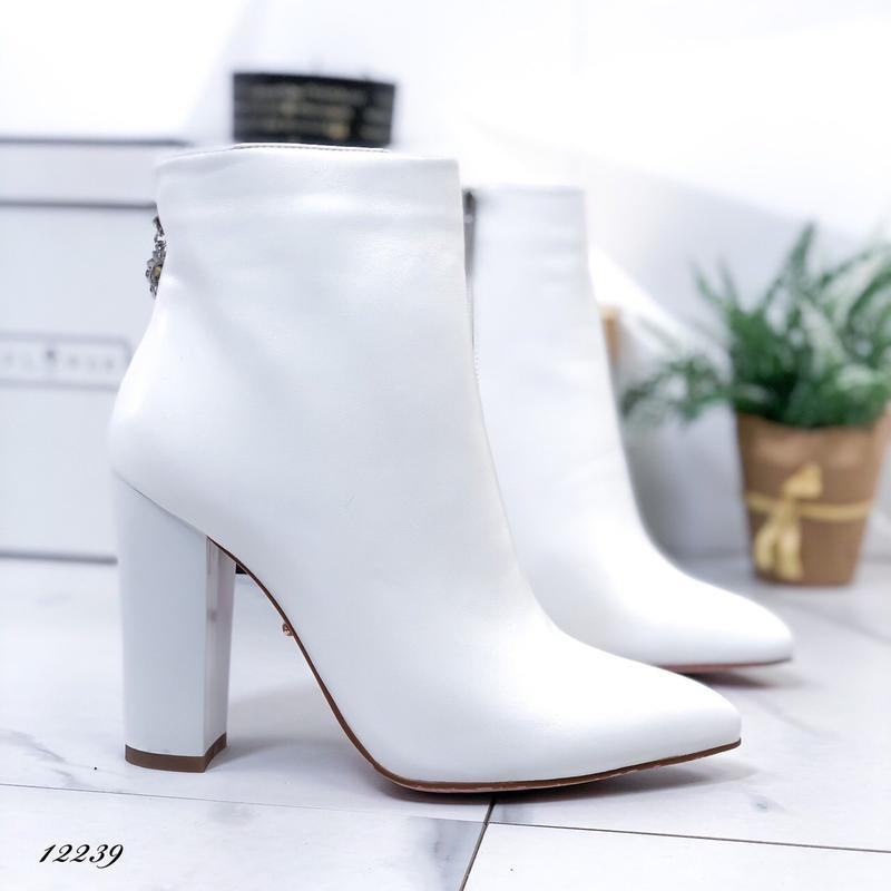 Ботильоны женские белые на высоком каблуке - Фото 2