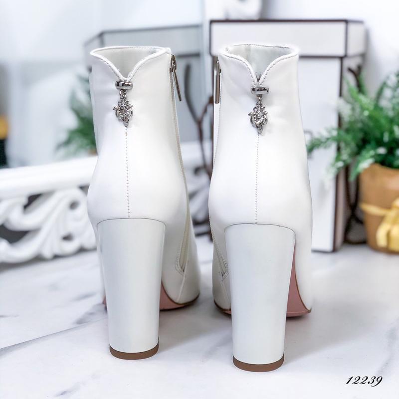 Ботильоны женские белые на высоком каблуке - Фото 10