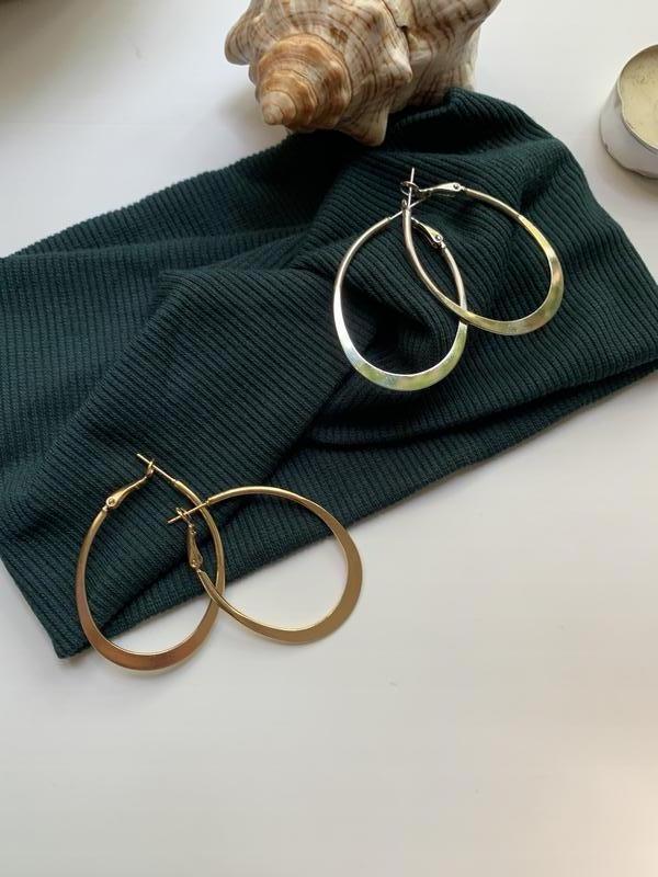 Стильные серьги кольца серебряного цвета - Фото 2