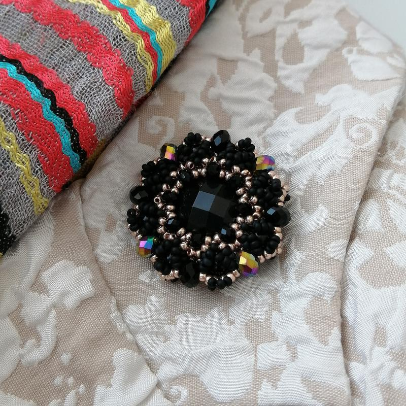 Модная черная золотая брошь ручной работы «black and gold» - Фото 4