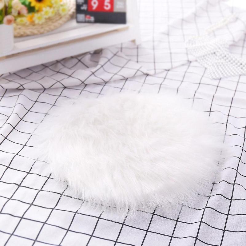 Пушистый белый коврик 30 х 30 см из искусственного меха.