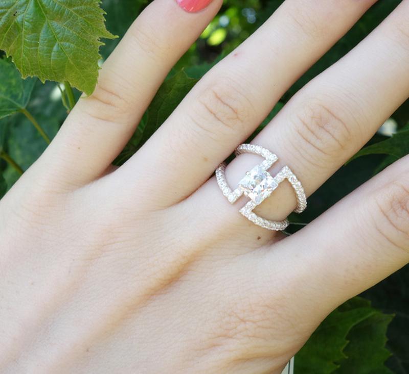 Ажурное кольцо с центральным камнем и мелкими камнями,17 размер