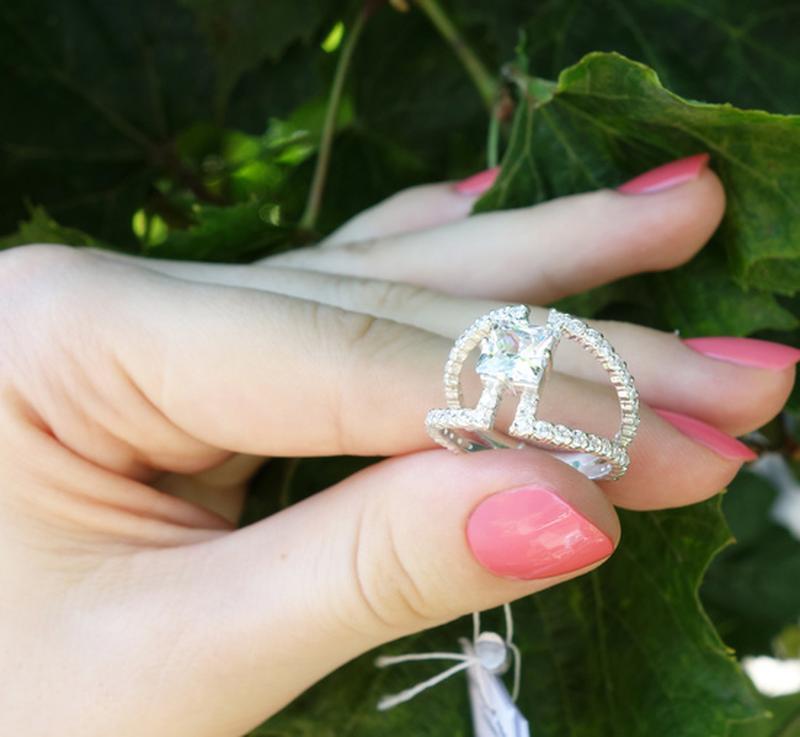 Ажурное кольцо с центральным камнем и мелкими камнями,17 размер - Фото 2