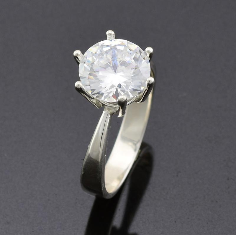 Серебряное кольцо 218-к, вставка белыефианиты, вес 2.74 г, ра...