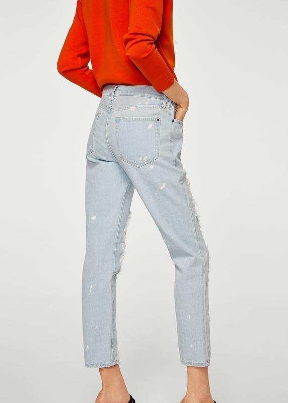Актуальные прямые джинсы с рваностями - Фото 4