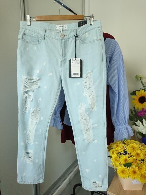 Актуальные прямые джинсы с рваностями - Фото 6