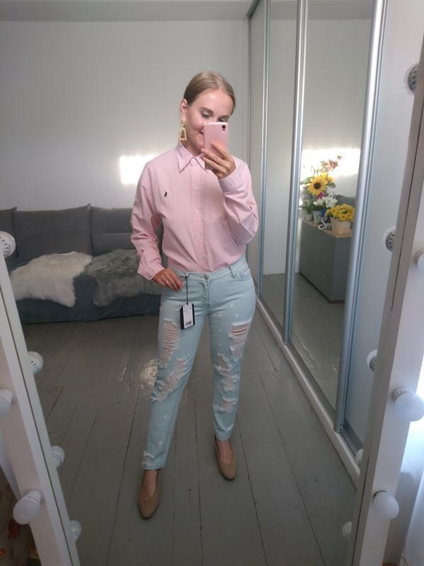 Актуальные прямые джинсы с рваностями - Фото 8