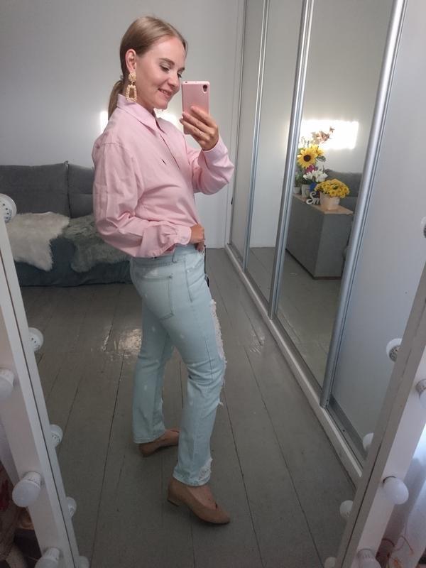 Актуальные прямые джинсы с рваностями - Фото 9