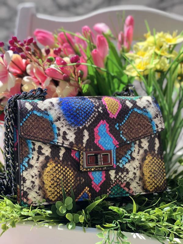 Красивая яркая сумочка