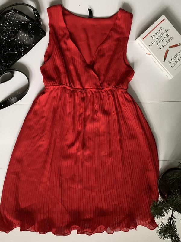 Супер красное, плиссированное платье, низ обработан