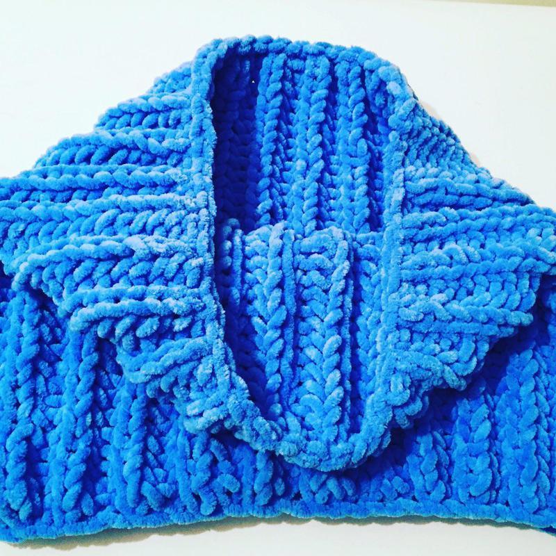 Велюровый снуд ярко-голубого цвета ручной вязки