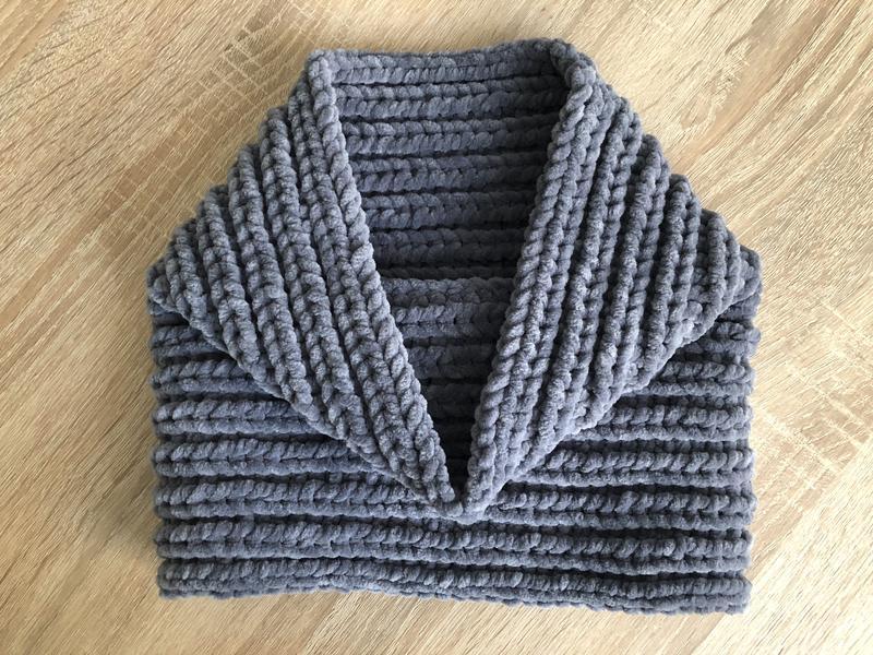 Велюровый снуд темно-серого цвета ручной вязки