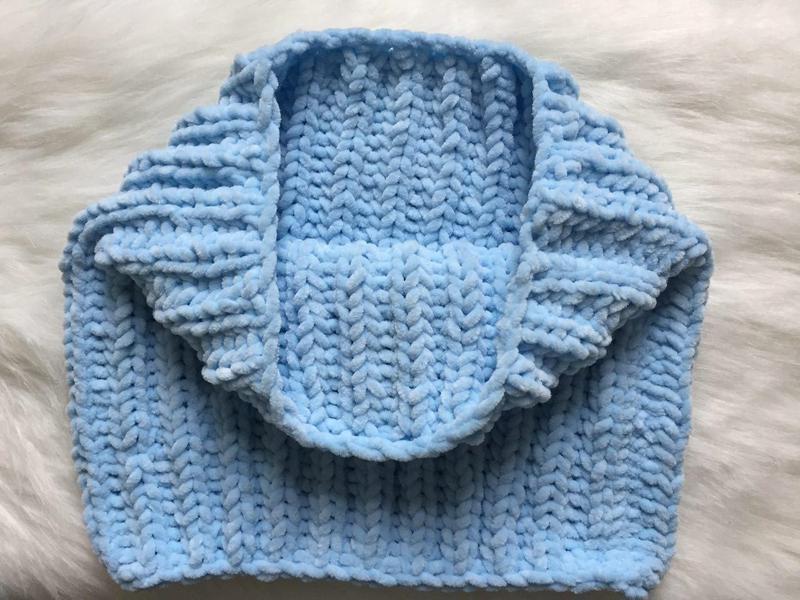 Велюровый снуд голубого цвета ручной вязки